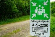 "Hinweisschild ""Rettungskette Forst"" an einem Waldweg"